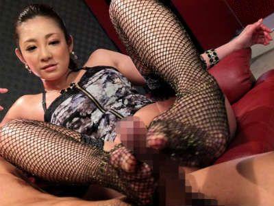 M男のチンポを足で扱いてオマンコに擦り付ける巨乳痴女!「入れたいなら我慢して」と言いながら激しく手コキして射精させちゃう
