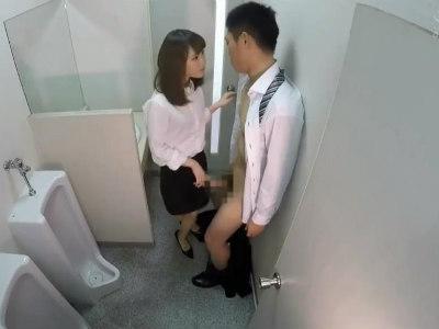 「もっとして欲しい?」同僚を会社のトイレで痴女る変態OL 北川ゆず