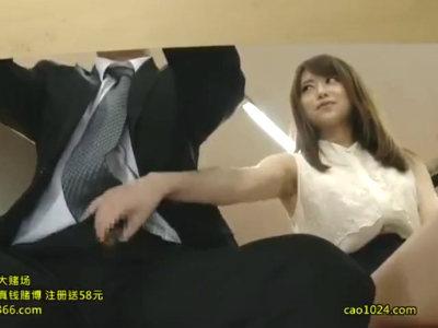 男性アナウンサーのチンポを触りだしてフェラする美人女子アナ 吉沢明歩