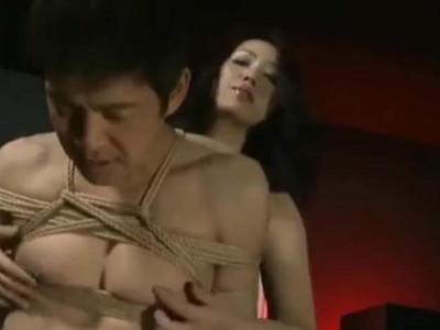 美人女王様に縄で縛られ乳首を責められ精神を支配されるM男