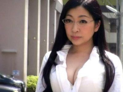 元市役所受付嬢の知的クールな美熟女がAVに挑戦であり得ないほど乱れまくる!