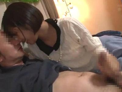素人男性を逆ナンパしてベロチュー乳首舐めに手コキで射精させるショートヘア美女 湊莉久