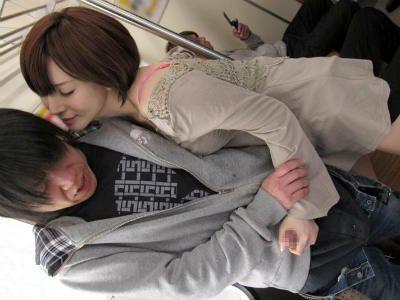 電車の中で美人なお姉さんに逆痴漢される痴女エロ動画 里美ゆりあ