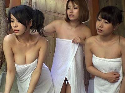 美しい乳をお持ちのママ集団がお一人様入浴の若い竿に狙いを定める