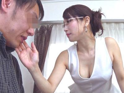男を犯すのが大好きな淫乱おばさんが誘惑して逆ナンパしたM男を調教!