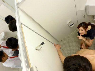 学校のトイレで教育実習生に来てた彼女のお姉さんに手コキフェラで射精させられた 前田かおり