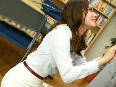 「先生が教えてあげようか?」図書館で生徒を痴女るタイトスカートの女教師 柚月ひまわり