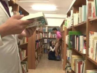 図書館で働く地味で真面目な感じのお姉さんが人気のないところで手コキフェラでM男おじさんを弄ぶ 白桃心奈