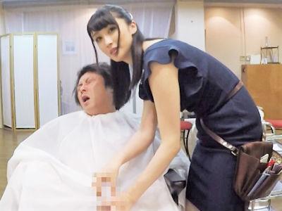 「だめよぉ声出しちゃ♡」巨乳のドスケベな美容師が乳丸出しでベロチューしてきて勃起不可避の神美容院がコチラ