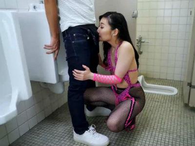 男子トイレで男を待ち伏せするちんぽの匂いフェチの変態お姉さん 夢乃美咲