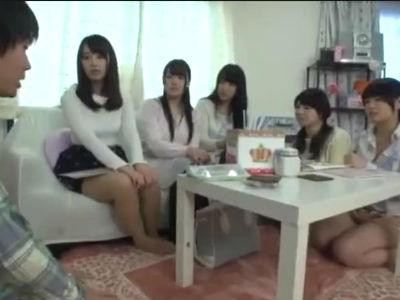 高学歴女子大生の女子寮でハレーム状態で王様ゲームをする童貞クン