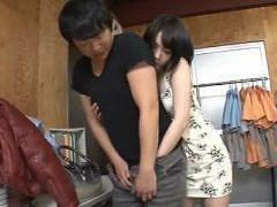 コンビニの事務所で店員さんを逆レイプ!こんな美女にヤラれたらすぐいっちゃうね! 鈴村あいり