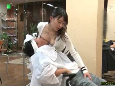 客に胸チラ見せたりおっぱいを押し付け揉ませて手コキする痴女美容師 心花ゆら