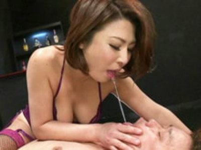 ドS美熟女が男の乳首&ケツ穴&玉舐め!アナルスティックを突っ込む! 五十嵐しのぶ