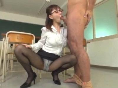 放課後の教室でチンポをねっとりジュポる女教師のたっぷりフェラ