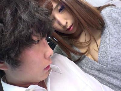 バスの中で男子生徒に密着!勃起した未成年チンポを手コキフェラして逆痴漢する痴女人妻 彩奈リナ