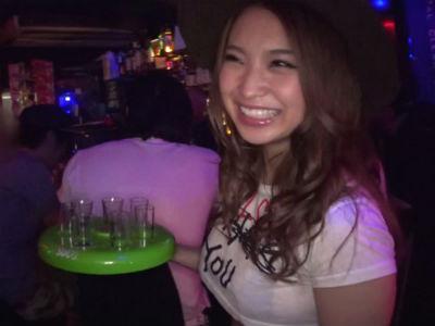 [ヤリマンギャル]「ちょ、ここで?w」巨乳娘とクラブでそのままおっぱじめる