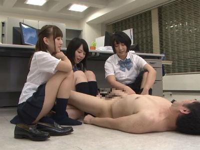 「なにコレ?…ちっちゃえええwww」説教してきた教師を裸にして責めるjk3人組 阿部乃みく 杏咲望 彩城ゆりな