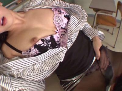 「先生がもっとイイコトしてあげる…」パンスト女教師が教室でお気に入りのM男生徒と猥褻行為 友田彩也香