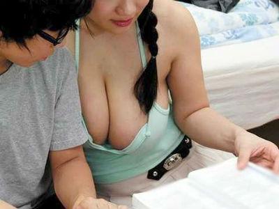 久しぶりに会った姉が胸チラ全開の谷間大サービス!勃起を気づかれ、超乳で挟むご奉仕に騎乗位SEXされる逆レイプ!