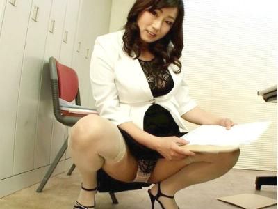 『こんなおばさんで興奮するの?♡』ムチムチ巨乳おっぱいの美人痴女上司が誘惑しチンポを凌辱する!