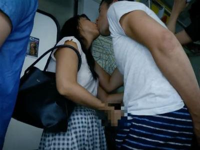 電車の中でベロチューしてきてオマンコを触らせてくれて手コキしてくるお姉さん
