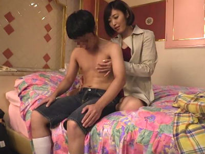 「今…1人?」街中で10代の少年を逆ナンパして童貞狩りをする美人お姉さん 水野朝陽