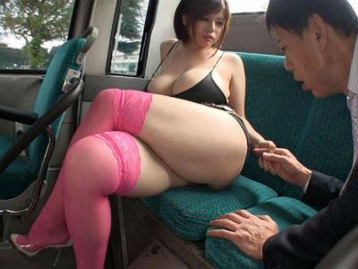 爆乳痴女が肉欲のままにおっさんを走行中のバスの中で逆痴漢 北嶋あん