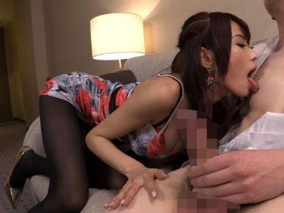 「いやらしい乳首…」M男の乳首を舐めながらオナニー指示する美人お姉さん 高嶋ゆいか