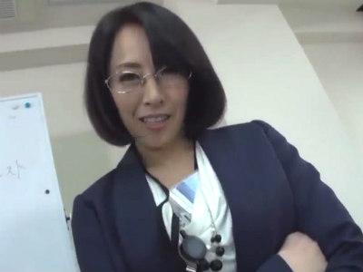 総合婦人肌着メーカーのキャリアウーマンの美脚パンスト営業 谷原希美