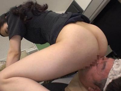 ドSなキャリアウーマンはオフィス内でM男にバイブを咥えさせてそれでオナニーする 二宮和香
