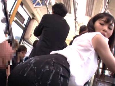 お尻にピタッと張り付くマーメードスカートのOLがバスの中で逆痴漢してお尻にぶっかけさせる