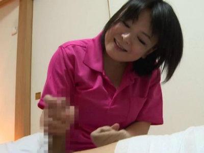 熟女が若い男のチンポをネットリ舐め回すエロフェラ動画 竹原頼子 成田あゆみ