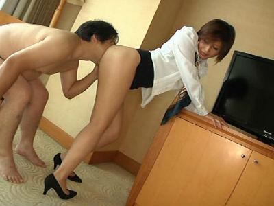 若いM男をホテルで弄ぶTバックのエロ巨尻の熟女 桐岡さつき