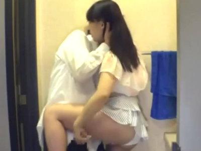 近所の人妻がたまり場にしてるカフェでサラリーマンを誘惑してトイレで痴女行為