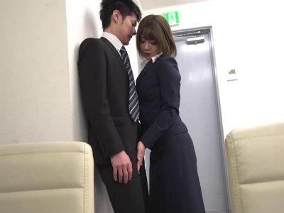 部下の勃起チンポに発情する高飛車な女上司が我慢できずに会議室で逆レイプ 川村まや