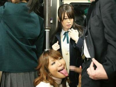 バスの中で痴女がサラリーマンをアナコンダフェラ!それを目撃したjkも刺激されて…橘美穂 星優乃