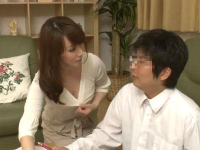 息子の友達の若いチンポを誘惑して味わっちゃう淫乱人妻 澤村レイコ