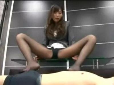 美脚OLがスーツに黒パンストでM男を足コキ射精させる痴女動画