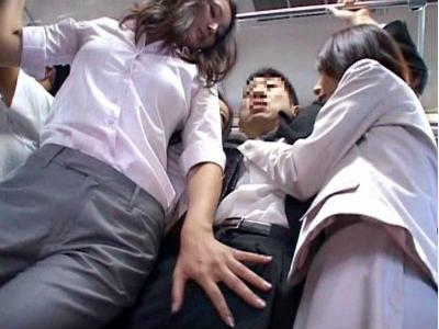 通勤バスでサラリーマンを狙い逆痴漢する痴女グループ 村上涼子 柳田やよい 村上里沙