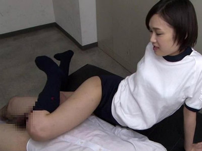 更衣室を覗いていた男子を足コキお仕置きするブルマ美少女 竹内真琴