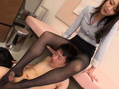 「この足でいやらしいちんぽイジって欲しいって思ってませんか?」保健室で同僚の先生を足コキする痴女教師 二階堂ゆり
