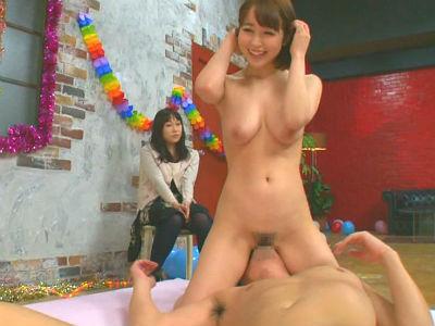彼女の前でAV女優のテクに射精を我慢したら賞金ゲットという寝取られ企画 篠田ゆう