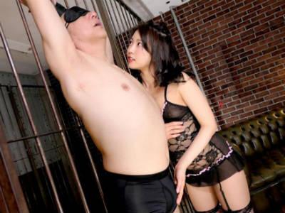 「ちゃんと舌延ばして…」M男を強制クンニさせおしっこを飲ませ手コキフェラするお姉さん 戸田真琴