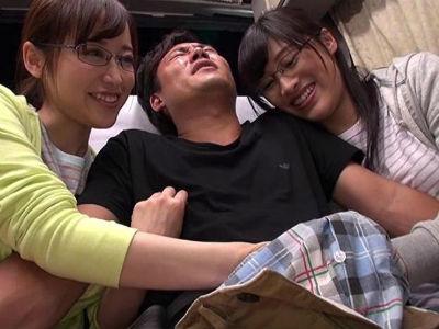 長距離バスの一番うしろの席で熟女2人に挟まれて逆痴漢!乳首責め手コキとフェラで強制射精!篠田ゆう 春原未来