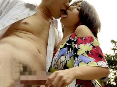 変態巨乳人妻が野外でよだれを垂らしながらベロキスしてチンポをパイズリフェラ 篠田あゆみ