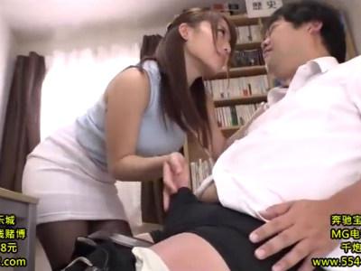 学校内で生徒を痴女って男の潮吹きをさせちゃう女教師 倉多まお