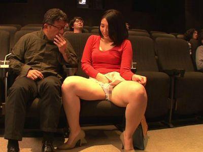 エッチな映画館で発情して隣に座った男にパンチラを見せて自分から誘うムチムチの人妻