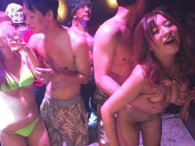 媚薬入り泡に包まれた乱交パーティでテンション最高潮のビキニギャルたちと生ハメ中出し!