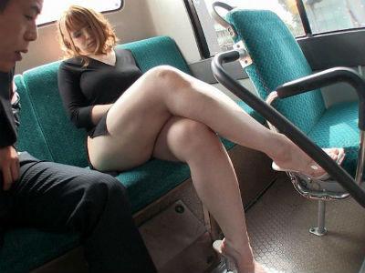 ムチムチな巨乳と巨尻で露出度高めな服装のお姉さんがバスの最後尾の席でエロ行為 西村ニーナ